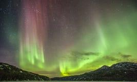Notte d'Alasca dell'aurora e della montagna della lista del secchio Fotografie Stock Libere da Diritti