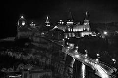 Notte del castele di Kamianets-Podilskyi in bianco e nero fotografie stock libere da diritti