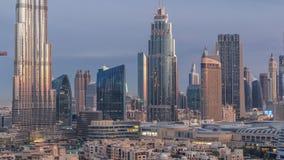 Notte del centro dell'orizzonte del Dubai al timelapse di giorno con Burj Khalifa e l'altra vista paniramic delle torri dalla cim archivi video