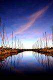 Notte del porticciolo del crogiolo di vela Immagine Stock
