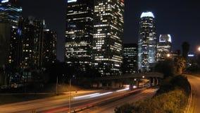 Notte del traffico cittadino di Los Angeles archivi video