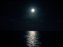 Notte dell'oceano e della luna Fotografia Stock Libera da Diritti