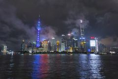 Notte dell'orizzonte di Shanghai fotografia stock libera da diritti