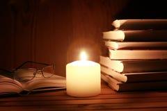Notte della candela di vetro del libro fotografia stock libera da diritti