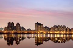 Notte della città con indicatore luminoso viola Immagini Stock