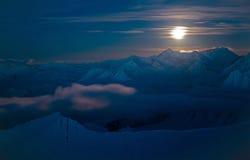 Notte della luna in montagne nevose fotografia stock libera da diritti
