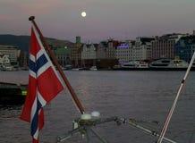 Notte della luna piena al Vagen, il porto centrale del centro urbano di Bergen, Bergen, Norvegia Immagine Stock Libera da Diritti