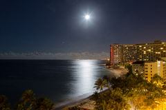 Notte della luna piena della stazione balneare di Waikiki Fotografia Stock