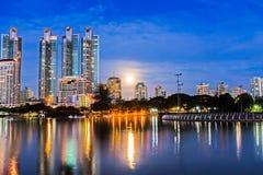 Notte della luna piena nella città. Fotografie Stock