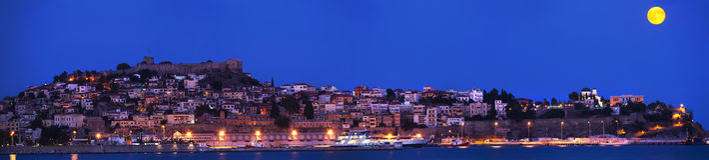 Notte della luna piena sopra Kavala Immagini Stock