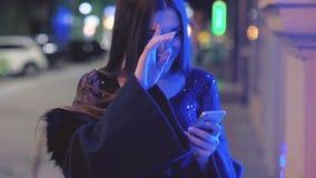 Notte della via di saluti della lettura della ragazza di compleanno archivi video