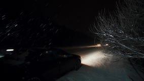 Notte di Automobil sulla strada principale durante la ripartizione delle precipitazioni nevose sulla strada stock footage