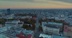 Notte di Autumn Drone Flight della città della città di Riga vecchia giù stock footage
