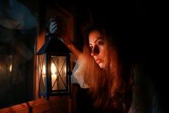 Notte di buio della lampada della candela della donna fotografia stock