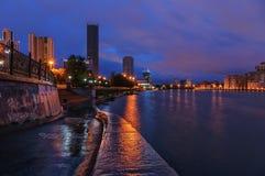 Notte di Ekaterinburg dell'argine all'alba Fotografia Stock Libera da Diritti