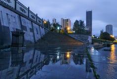 Notte di Ekaterinburg dell'argine all'alba Fotografie Stock Libere da Diritti