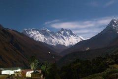 Notte di Everest Ama Dablam Nuptse Lhotse dei picchi di montagna nepal Immagine Stock Libera da Diritti