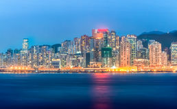 Notte di Hong Kong City e costruzione moderna durante la penombra Fotografie Stock