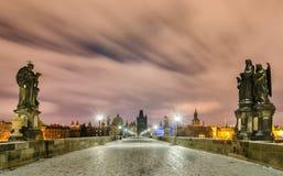 Notte di inverno al ponte di Charles, Praga, repubblica Ceca Fotografia Stock Libera da Diritti