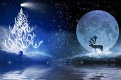 Notte di inverno con l'albero di Natale e la renna nella luce della luna Illustrazione di Stock