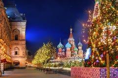 Notte di Natale di inverno sul quadrato rosso a Mosca fotografie stock
