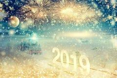 Notte di San Silvestro con il treno e la luna Fuochi d'artificio festivi sopra la s fotografia stock libera da diritti