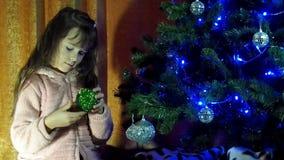 Notte di San Silvestro, Natale il bambino decora l'albero di Natale archivi video