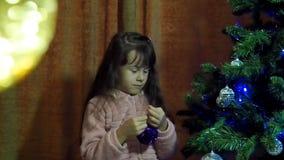 Notte di San Silvestro, Natale il bambino decora l'albero di Natale video d archivio