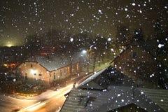 Notte di Snowy dicembre in Bosnia-Erzegovina Fotografie Stock Libere da Diritti