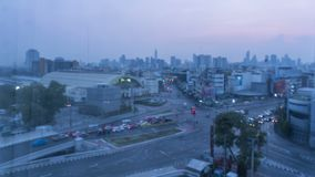 Notte di Timelapse a tempo di giorno nella città Sfuocato con confuso luci unfocused della città Bokeh di traffico bangkok archivi video