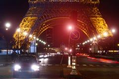 Notte di traffico della torre Eiffel Immagini Stock Libere da Diritti