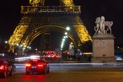 Notte di traffico della torre Eiffel di Parigi Fotografia Stock Libera da Diritti