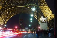 Notte di traffico della torre Eiffel di Parigi Immagini Stock Libere da Diritti