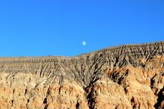 Notte e luna sopra il vulcano di Ubehebe, parco nazionale di Death Valley fotografie stock libere da diritti