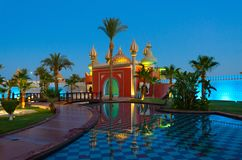 Notte famosa 1001 del complesso di spettacolo e di acquisto Alf Leila Wa Leila, vista di sera, Sharm el-Sheikh, Egitto immagini stock libere da diritti