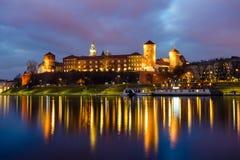 Notte fantastica Cracovia Il castello reale di Wawel in Polonia fotografia stock libera da diritti