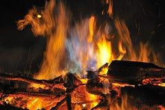Notte, fuoco di accampamento Fotografie Stock Libere da Diritti