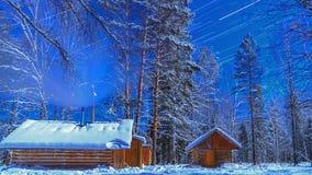 Notte illuminata dalla luna sul cordone. Piste della stella. Rivestimento di tempo stock footage
