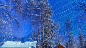 Notte illuminata dalla luna sul cordone. Piste della stella. Rivestimento di tempo video d archivio