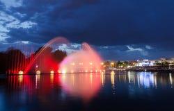 Notte illuminata della fontana Immagine Stock