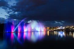 Notte illuminata della fontana Immagine Stock Libera da Diritti