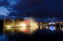 Notte illuminata della fontana Fotografia Stock