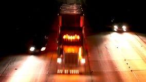 Notte-intervallo di traffico dell'autostrada senza pedaggio video d archivio