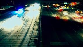 Notte-intervallo di traffico dell'autostrada senza pedaggio archivi video