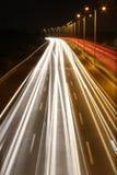 Notte lunga di esposizione sparata della strada principale Immagine Stock