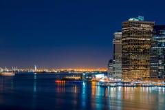 Notte Manhattan, statua della libertà e le luci del Jersey Fotografia Stock