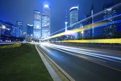 Notte moderna del fondo del raggio dell'arcobaleno dell'edificio per uffici a Shanghai fotografia stock