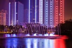Notte moderna della costruzione con le luci decorative Fotografie Stock