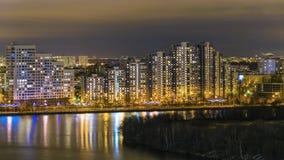 Notte Mosca. Riflessione delle luci intense Immagini Stock Libere da Diritti