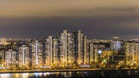 Notte Mosca. Riflessione delle luci intense Immagine Stock Libera da Diritti
